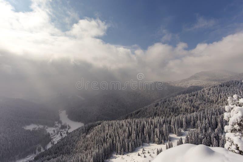 Vista do pico de Suhardul Mic em Romênia Carpathians imagens de stock