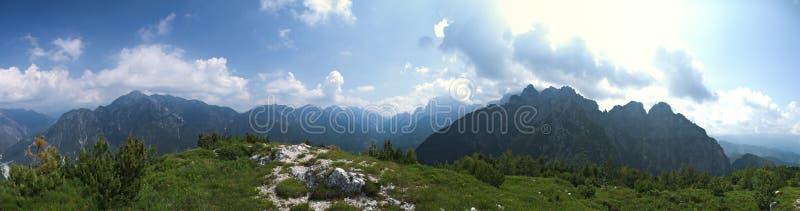 Vista do pico de uma montanha fotos de stock