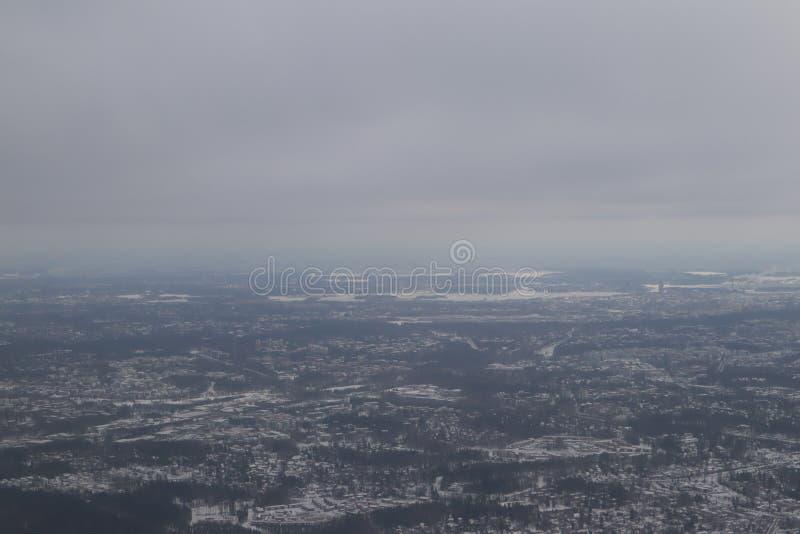 Vista do plano em Finlandia nevado cinzento, Helsínquia opinião da estrada do plano imagem de stock royalty free