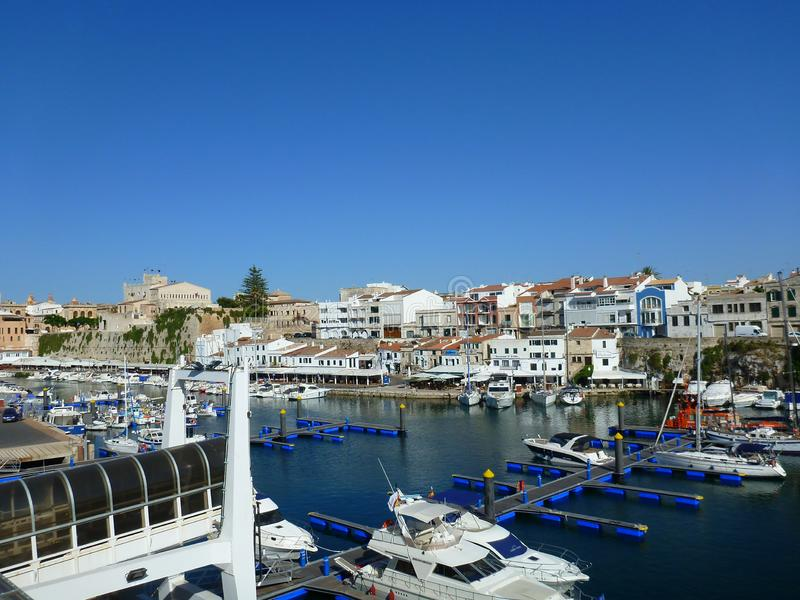 Vista do porto do canal de Ciutadella de Menorca com os vários barcos no primeiro plano e no fundo do céu azul fotos de stock