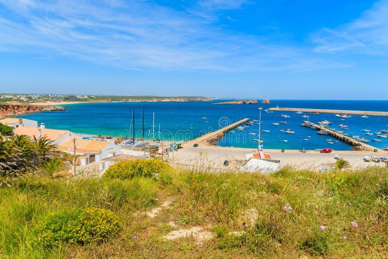 Vista do porto de pesca na cidade de Sagres imagens de stock