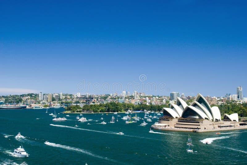 Vista do porto de Sydney e da Ópera fotografia de stock royalty free