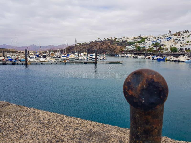 Vista do porto em Puerto del Carmen na Espanha das Ilhas Can?rias de Lanzarote imagem de stock royalty free