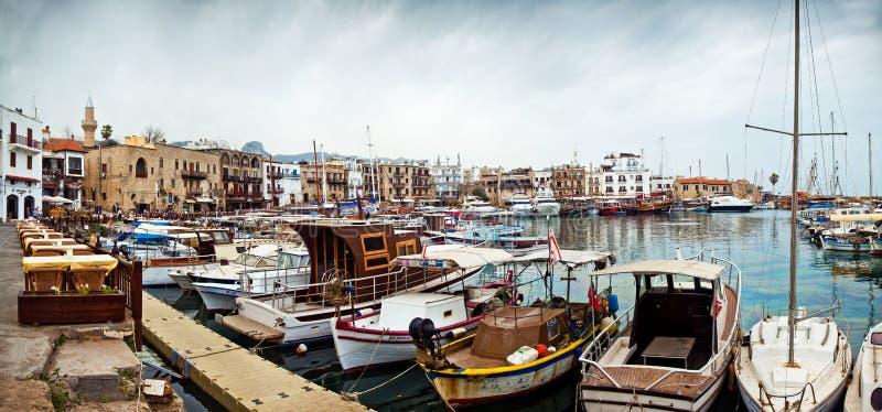 Vista do porto histórico e da cidade velha em Kyrenia fotos de stock royalty free