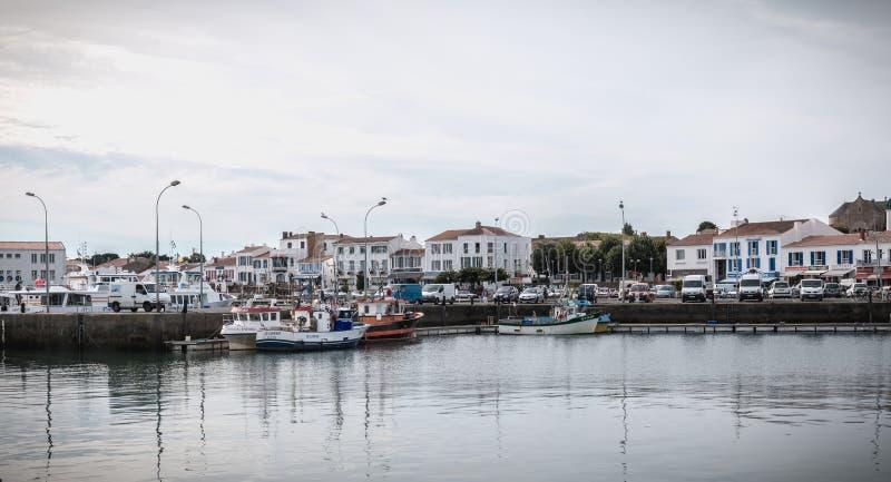 Vista do porto pequeno onde barcos de pesca da manobra em Joinville portuário fotografia de stock