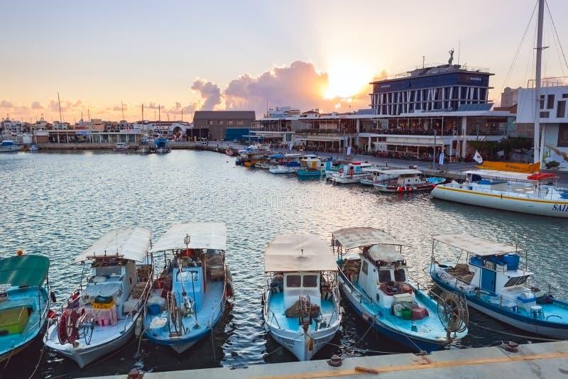 Vista do porto velho de Limassol no por do sol foto de stock