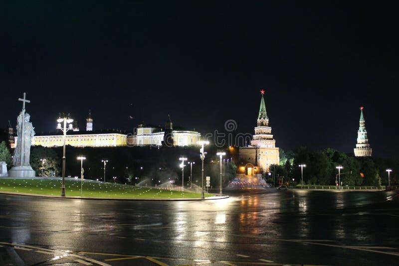 Vista do quadrado de Vorovitskaya, de um monumento ao príncipe Vladimir, do Kremlin de Moscou e do palácio grande do Kremlin imagens de stock