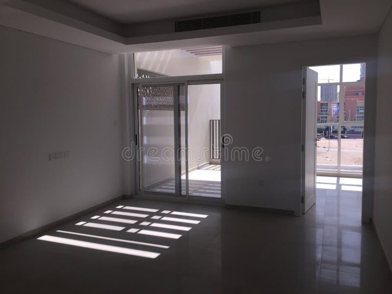 Vista do quarto e do balcão vazios com a luz solar que vem para dentro Real Estate brandnew fotos de stock