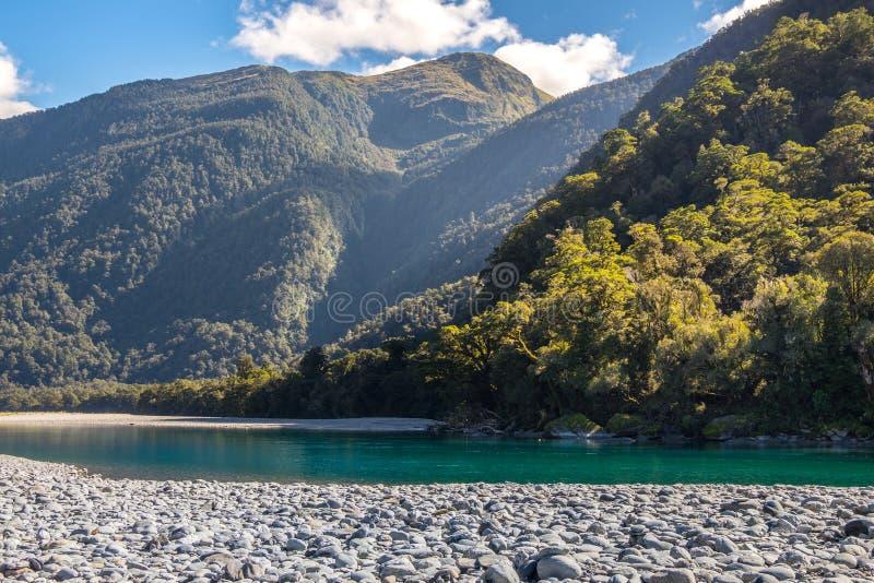 Vista do rio de Hasst de rujir Billy Falls Track, situada no parque nacional de aspiração do Mt, Nova Zelândia foto de stock