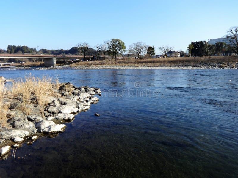 A vista do rio de Kuma do banco na cidade de Hitoyoshi, Japão imagem de stock royalty free