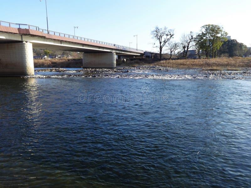 A vista do rio de Kuma do banco na cidade de Hitoyoshi, Japão fotografia de stock royalty free