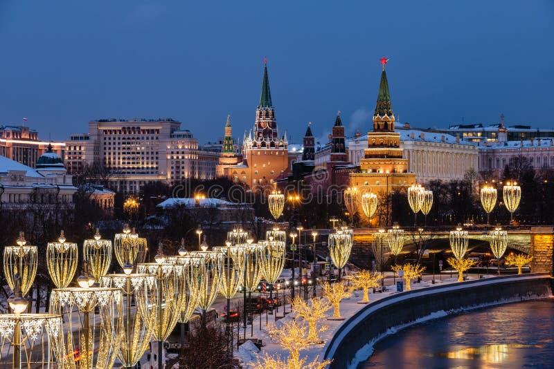 Vista do rio de Moscou e da terraplenagem do Kremlin na noite da ponte patriarcal foto de stock