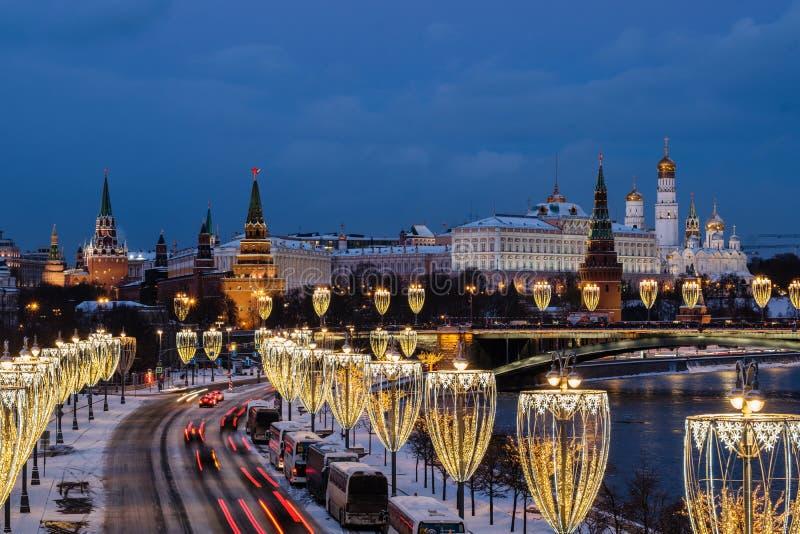 Vista do rio de Moscou e da terraplenagem do Kremlin na noite da ponte patriarcal imagens de stock