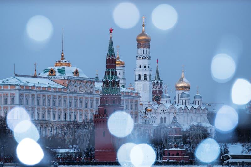 Vista do rio de Moscou e da terraplenagem do Kremlin na noite da ponte patriarcal imagem de stock