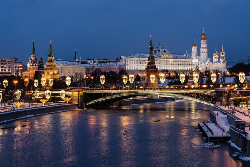 Vista do rio de Moscou e da terraplenagem do Kremlin na noite da ponte patriarcal foto de stock royalty free