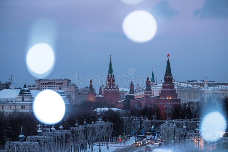Vista do rio de Moscou e da terraplenagem do Kremlin na noite da ponte patriarcal fotos de stock royalty free