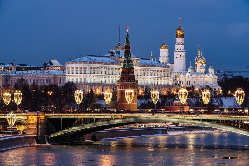 Vista do rio de Moscou e da terraplenagem do Kremlin na noite da ponte patriarcal imagem de stock royalty free