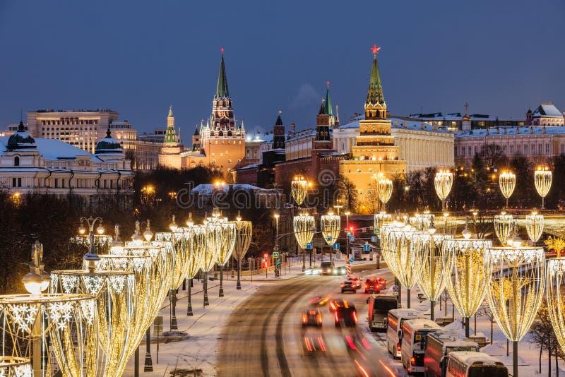 Vista do rio de Moscou e da terraplenagem do Kremlin na noite da ponte patriarcal imagens de stock royalty free