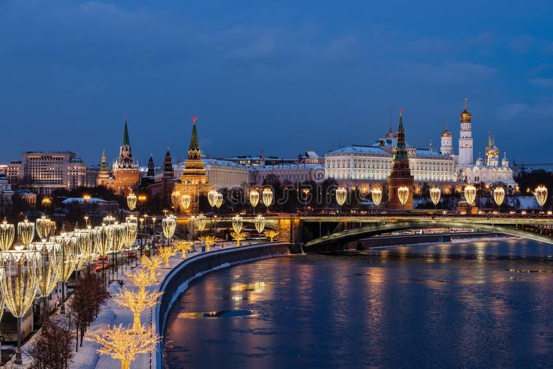 Vista do rio de Moscou e da terraplenagem do Kremlin na noite da ponte patriarcal fotografia de stock royalty free