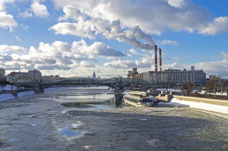 Vista do rio de Moscovo imagens de stock