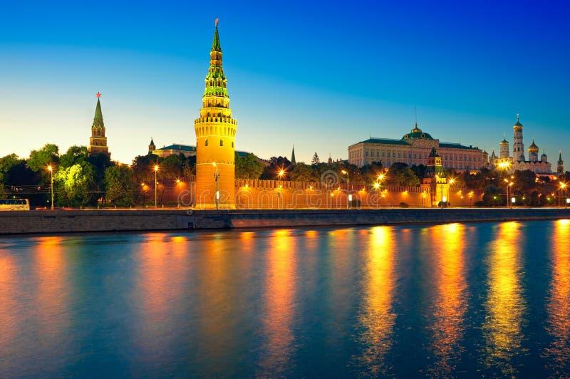 Vista do rio de Moscovo Kremlin e de Moscovo na noite. imagem de stock