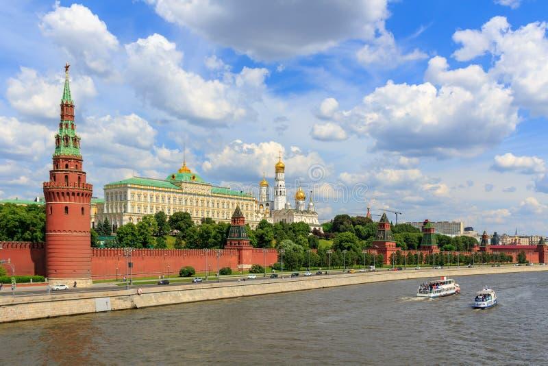 Vista do rio de Moskva com os barcos de prazer de flutuação perto do Kremlin de Moscou no dia de verão ensolarado fotos de stock