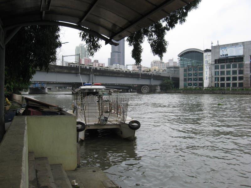 Vista do rio de Pasig e da ponte de MacArthur, do terminal de balsa de Lawton, Manila, Filipinas fotografia de stock