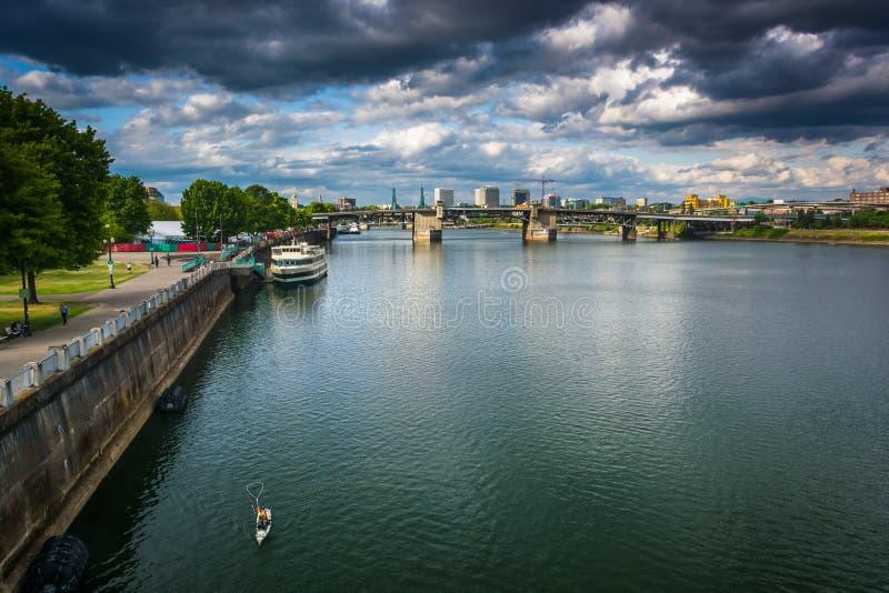 Vista do rio de Williamette, em Portland fotos de stock royalty free