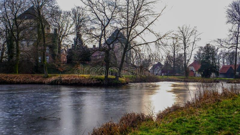 Vista do rio no ¼ CK de Schloss Rheda - de Rheda-WiedenbrÃ, tersloh do ¼ de Kreis GÃ, Nordrheinwestfalen, Deutschland/Alemanha fotografia de stock