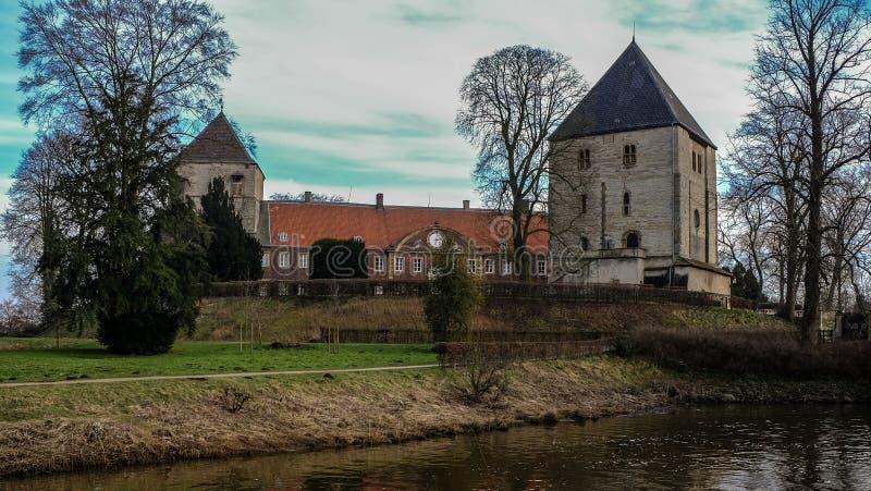 Vista do rio no ¼ CK de Schloss Rheda - de Rheda-WiedenbrÃ, tersloh do ¼ de Kreis GÃ, Nordrheinwestfalen, Deutschland/Alemanha foto de stock