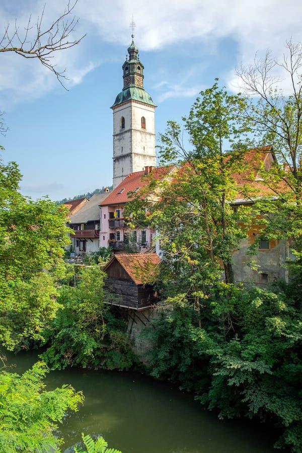Vista do rio Selca Sora e da Igreja de St Jacob em Skofja Loka imagens de stock