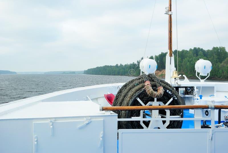 Vista do Rio Volga da proa de um forro do cruzeiro imagem de stock