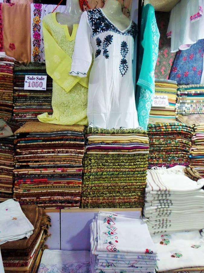 Vista do roupa e xailes dobrados foto de stock