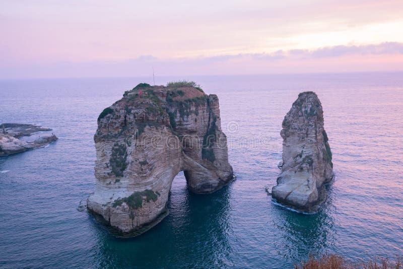 Vista do sol de Pigeon Rock Raouche, Beirut Líbano fotografia de stock royalty free