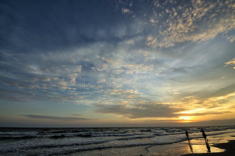 Vista do sol em Rayong Beach na Tailândia fotografia de stock