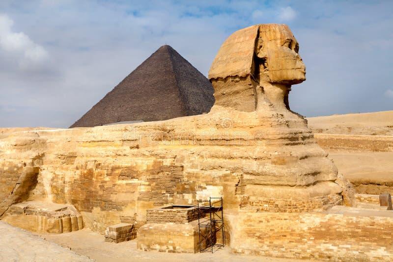 Vista do Sphinx e da pirâmide de Khafre imagem de stock royalty free