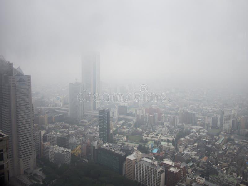 Vista do Tóquio chuvoso do  metropolitano do åº do ½ do ±äº¬éƒ do  do æ da construção do governo, Shinjuku, Japão foto de stock royalty free