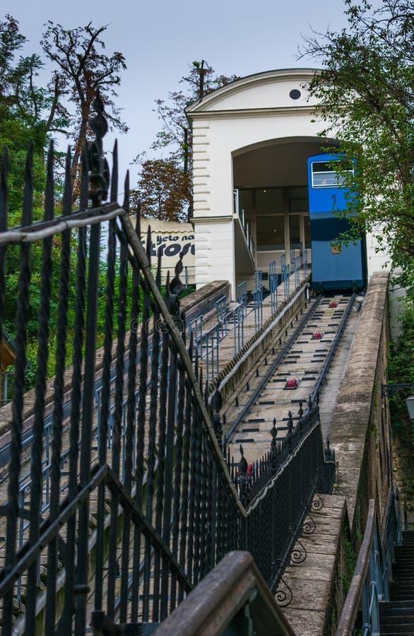 Vista do teleférico azul famoso que conduz à cidade velha superior de Zagreb, Croácia imagem de stock