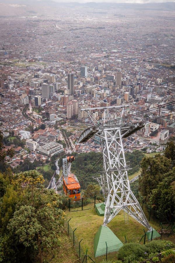 Vista do teleférico que toma o a Igelsia de Monserrate em Bogotá Colômbia imagem de stock royalty free