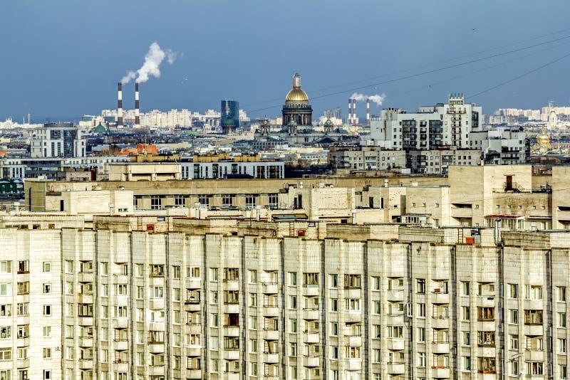 Vista do telhado à catedral do ` s do St Isaac em St Petersburg fotografia de stock royalty free