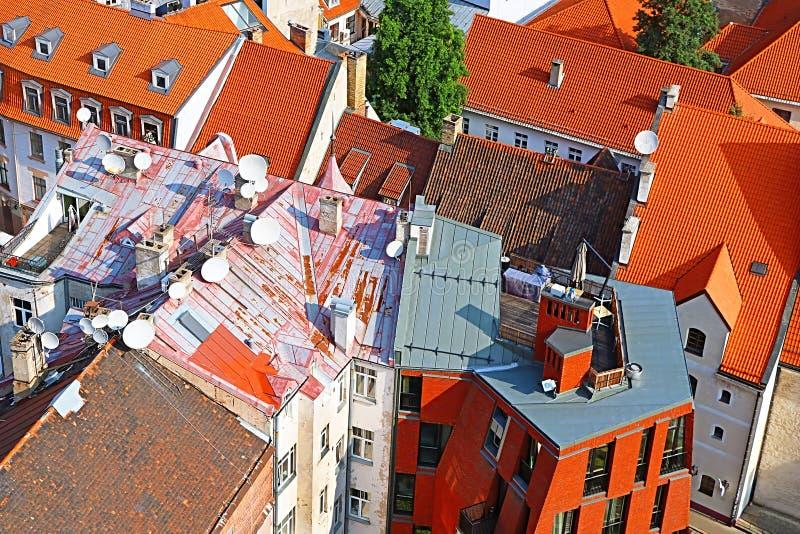 Vista do telhado da construção velha e moderna na cidade velha, Riga, Latvi imagem de stock