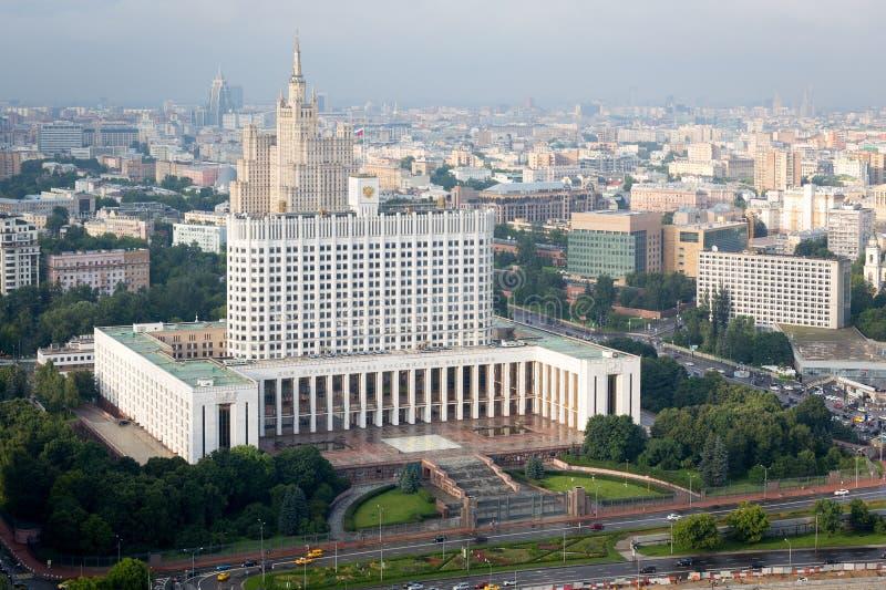 Vista do telhado do hotel Ucrânia moscow Casa branca fotografia de stock