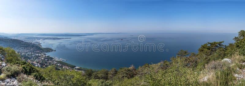 Vista do templo de Monte Grisa à baía de Triest em Itália fotografia de stock