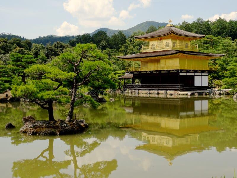 Vista do templo dourado majestoso do pavilhão de Kinkaku-ji em Kyoto fotografia de stock royalty free