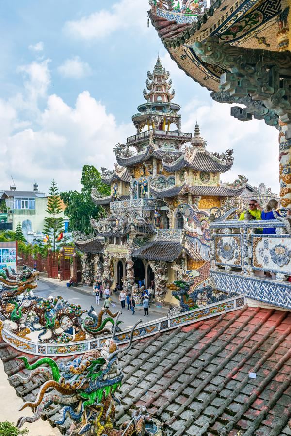 Vista do templo e do telhado coloridos da telha em Vietname imagens de stock