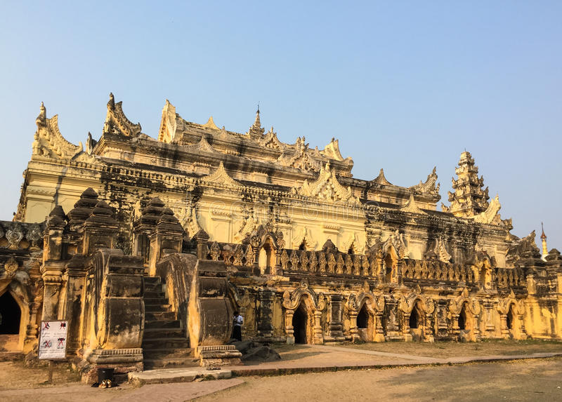 Vista do templo na vila de Innwa em Myanmar fotos de stock royalty free