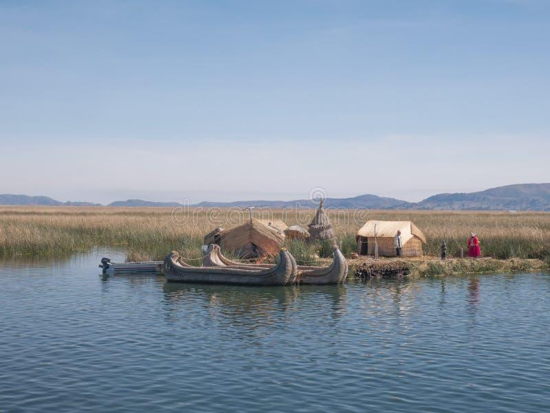 Vista do Uros que flutua ilhas de lingüeta, lago Titicaca, região de Puno, Peru imagem de stock