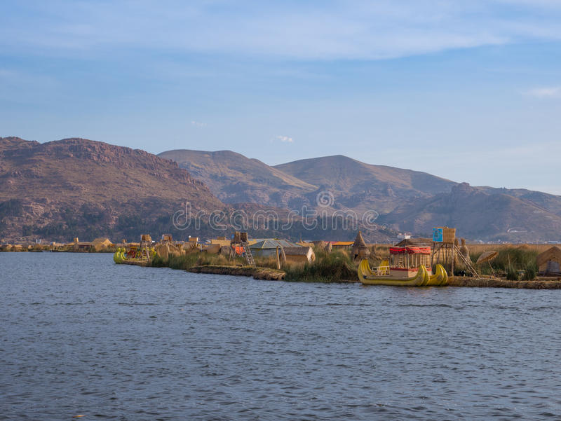 Vista do Uros que flutua ilhas de lingüeta, lago Titicaca, região de Puno, Peru imagens de stock