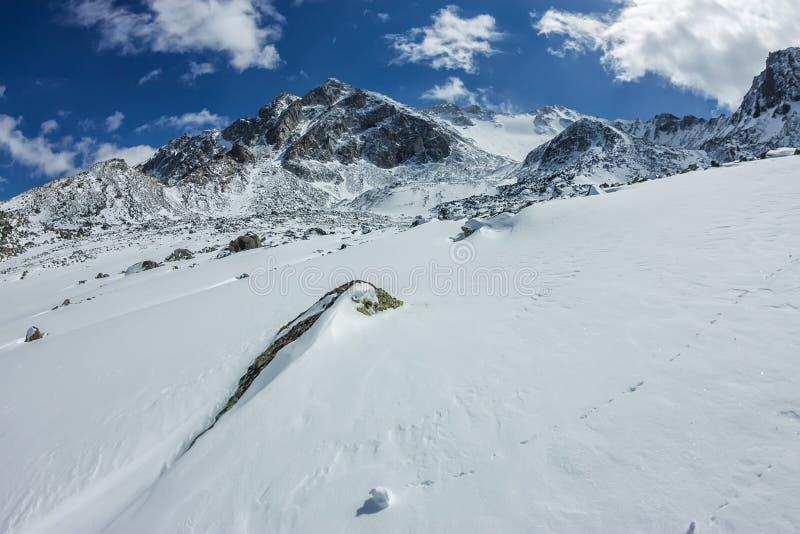 Vista do vale à parte superior das montanhas nevados sob o céu azul imagens de stock royalty free