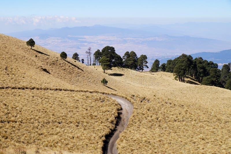 Vista do vale abaixo das elevações mais altas do parque nacional de Izta-Popo Zoquiapan, México fotografia de stock